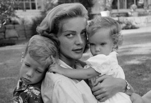 Lauren-Bacall-at-home-with-her-and-Humphrey-Bogart's-children-Stephen-and-Leslie-1954-Photo-Dennis-Stock-